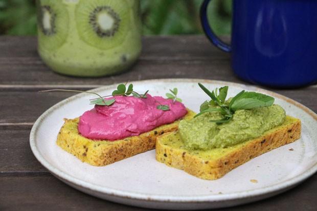 Café da manhã saudável: smoothie de kiwi com abacate e duo de patês (Foto: Simplesmente)