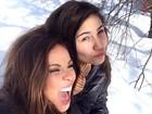 Carol Nakamura faz graça com amiga na neve