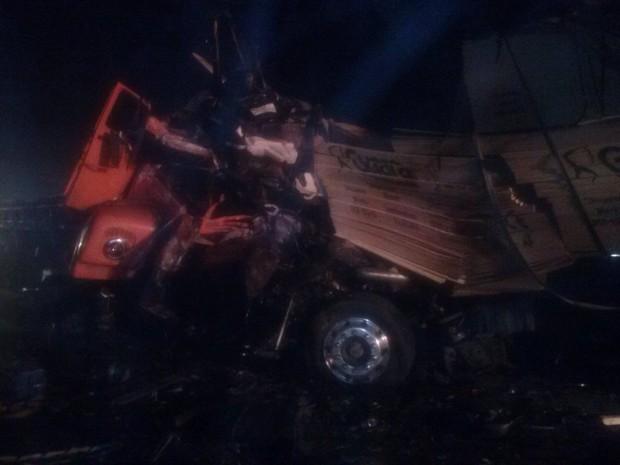 Dois motoristas morreram após colisão frontal dos dois caminhões (Foto: Corpo de Bombeiros Militar de Navegantes/Divulgação)
