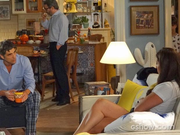 Ivan ouve discussão entre Clara e Cadu (Foto: Em Família/ TV Globo)