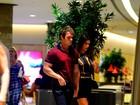Thor Batista passeia com namorada em shopping de luxo no Rio