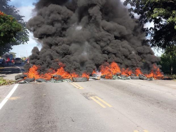 Manifestação fechou dois lados da via em Campos (Foto: Valéria Vieira/InterTv Planície)