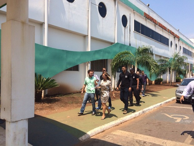 Delegacia recolheu documentos no prédio da prefeitura de Várzea Grande (Foto: Polícia Civil/ MT)