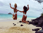 Carolina Portaluppi e amiga exibem bumbum em clique de costas na praia