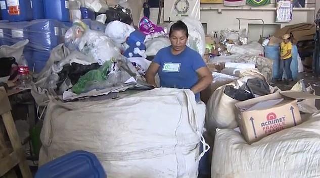 Mãe de três filhos, a catadora, Sebastiana Assunção, sustenta a família com o serviço de reciclagem (Foto: Amazonas TV)