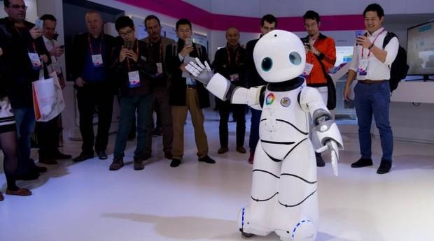 Robô em estande de empresa chinesa (Foto: Reprodução/O Globo)