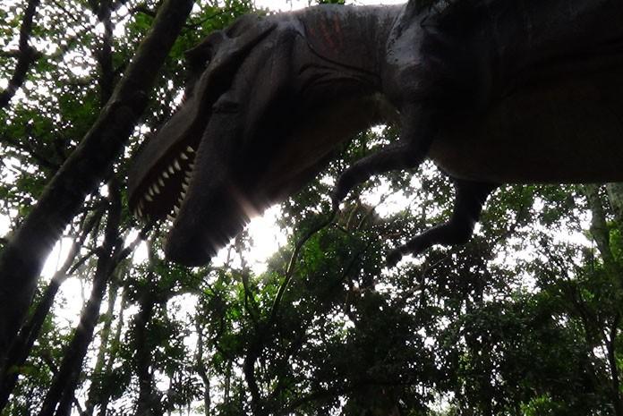 Tiranossauro assusta visitantes do zoo de SP