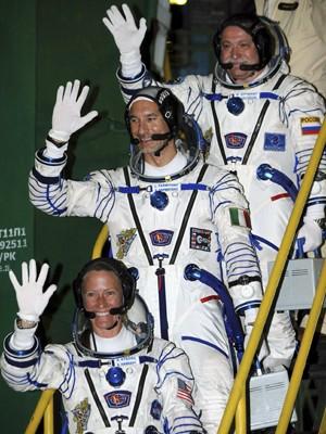 Tripulantes da Soyuz Karen Nyberg (embaixo),  Fyodor Yurchikhin,  e Luca Parmitano, momentos antes de embarcar na Soyuz. (Foto: Reuters)