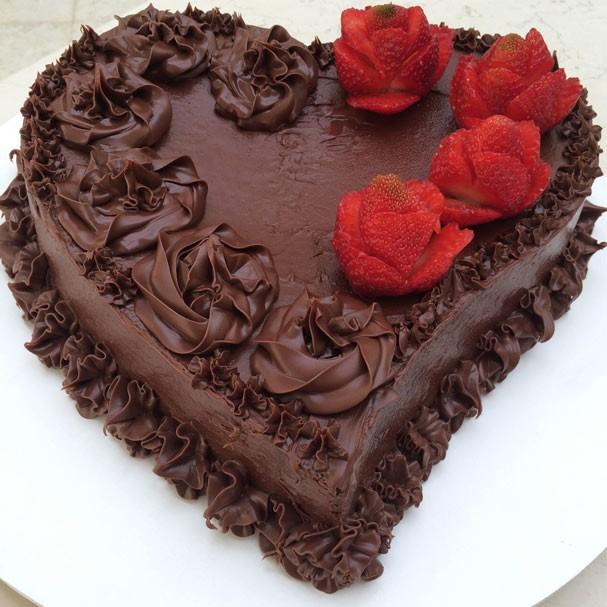 Perfeito para as festas de fim de ano, brownie em forma de coração tem cobertura de Nutella!