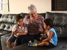 Depois de criar três filhos, bancária decide adotar mais duas crianças