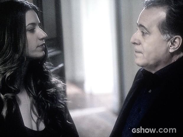 Mirna faz comentário surpreendende para o patrão de seu amante (Foto: O Rebu / TV Globo)