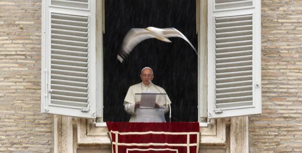 O Papa Francisco durante o Angelus, neste domingo (2), no Vaticano (Foto: Tony Gentile/Reuters)