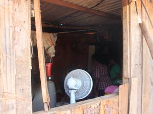 Única janela da casa de dois cômodos (Foto: Gabriela Pavão/ G1 MS)