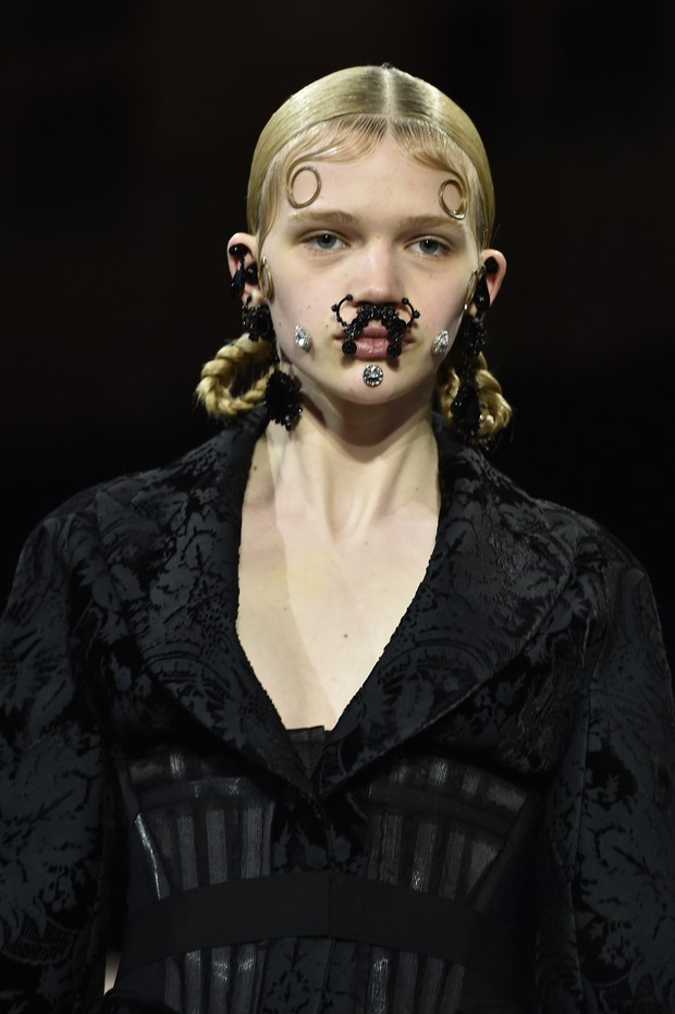 Modelo no desfile da Givenchy (Foto: AFP)