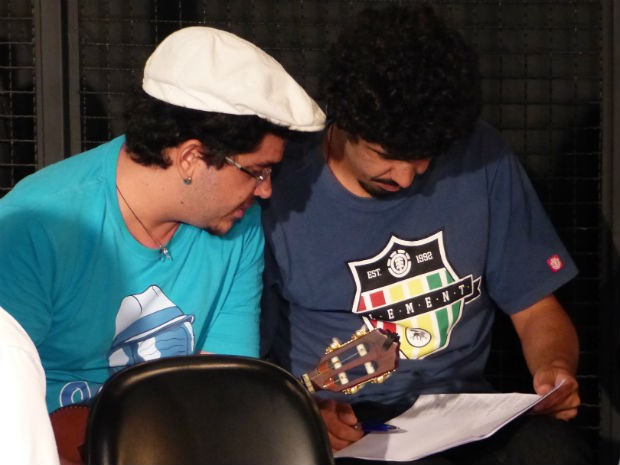 O músico Rodrigo Salmazo passa dicas para Maycon Madeira (à direita) (Foto: Fernando Castro/ G1)