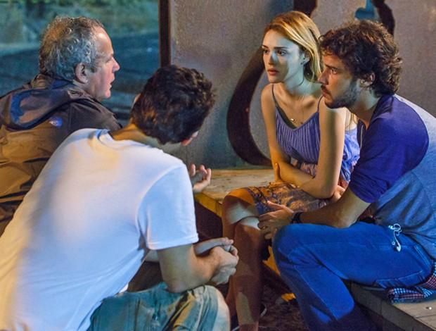 Dupla grava cenas de seus personagemns, Júlia e Pedro, ao lado do diretor-geral e de núcleo, Jayme Monjardim (Foto: Artur Meninea/ Gshow)