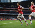 Cazorla brilha, vence goleiro algoz do Brasil e mantém Arsenal na liderança