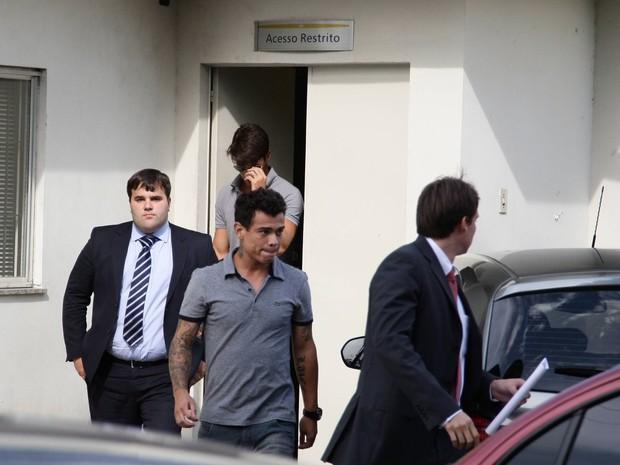 Bernardo depôs por volta das 12h na delegacia de Bonsucesso sobre a investigação de tortura (Foto: Thiago Lontra / Agência O Globo)