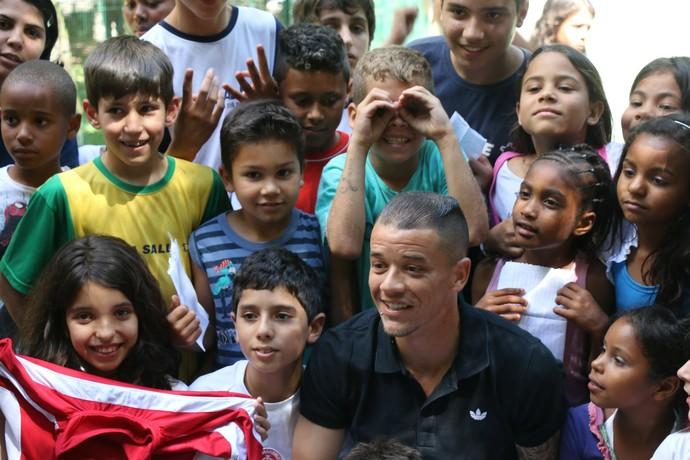 dalessandro inter visita pão dos pobres binóculo (Foto: Eduardo Deconto/GloboEsporte.com)