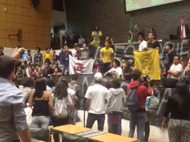 Estudantes protestam no plenário da Assembleia Legislativa de São Paulo (Foto: TV Globo/Reprodução)