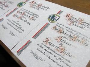 Documentos oficiais são preparados com papel bergaminho e tinta nanquim e leva três dias para ficarem prontos (Foto: Paulo Guilherme/G1)
