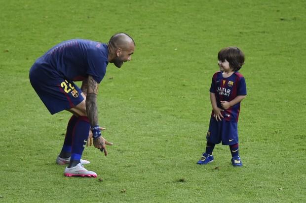 Daniel Alves brinca com Milan, filho de Shakira com o jogador Gerard Piqué  (Foto: AFP)