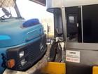 Caminhão sem freio atinge cabine de pedágio e carro em Rio das Pedras