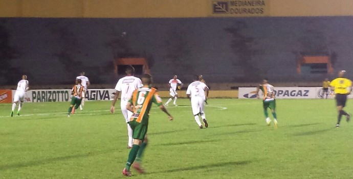 Lance entre Sete de Dourados e Naviraiense no Douradão (Foto: Alexandre Cabral/TV Morena)