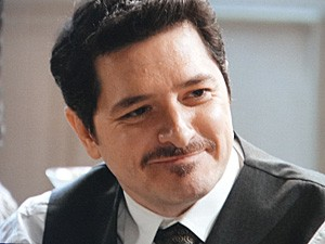 Praxedes acaba aceitando a oferta de Teodoro (Foto: Lado a Lado / TV Globo)
