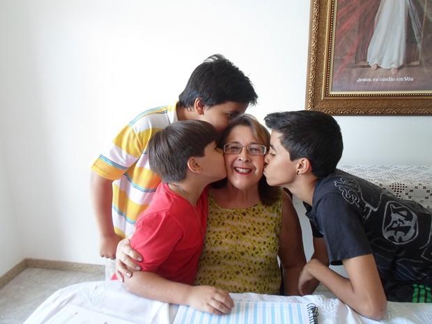 maria almir recebe os carinnho dos netos montes claros (Foto: Cida Santana/G1)