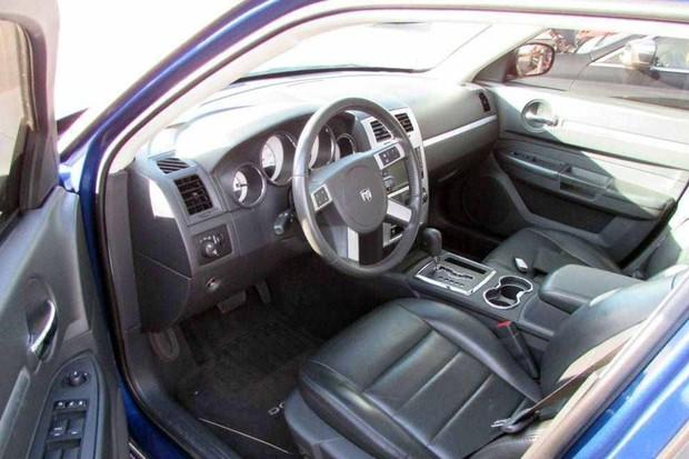 Dodge Charger com 253 cv e tração integral está à venda no Brasil (Foto: Reprodução / Superbid)