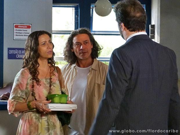 Bibiana e Donato tentam visitar Hélio e são rejeitados pelo filho (Foto: Flor do Caribe / TV Globo)