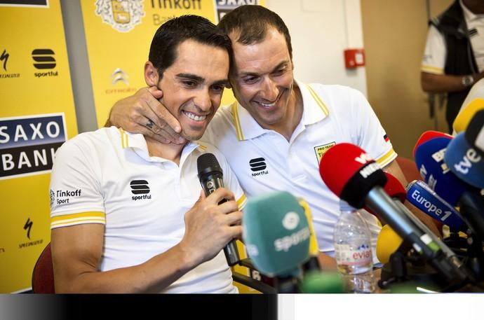 Alberto Contador dá apoio a Ivan Basso na Volta da França (Foto: EFE)