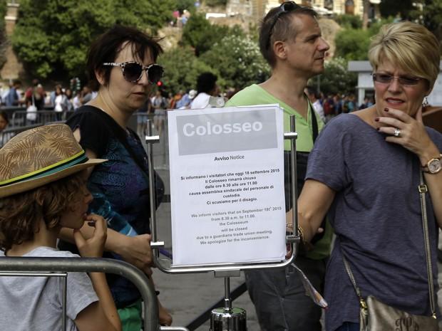 Nota informa aos turistas sobre o fechamento temporário do Coliseu, em Roma, para uma reunião sindical na sexta (18) (Foto: AP Photo/Gregorio Borgia)