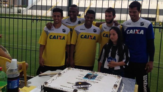 Jogadores do ABC - aniversário Monica torcedora do ABC (Foto: Carlos Arthur da Cruz/Globoesporte.com)