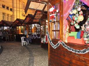 Quiosques comercializando produtos natalinos fazem parte da Vila de Natal. (Foto: Lúcia Ribeiro/G1)