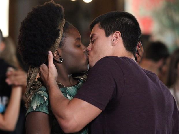 Rola um clima e Duca dá beijão em Ana Flor (Foto: Carol Caminha/Gshow)