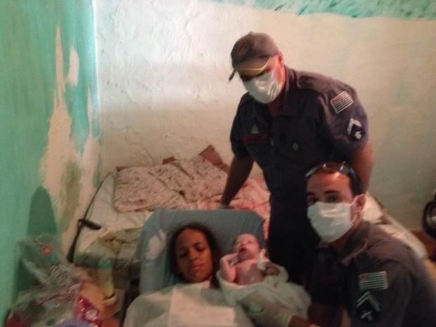 Equipe do corpo de bombeiros auxiliou parto natural (Foto: Polícia Militar/ Divulgação)