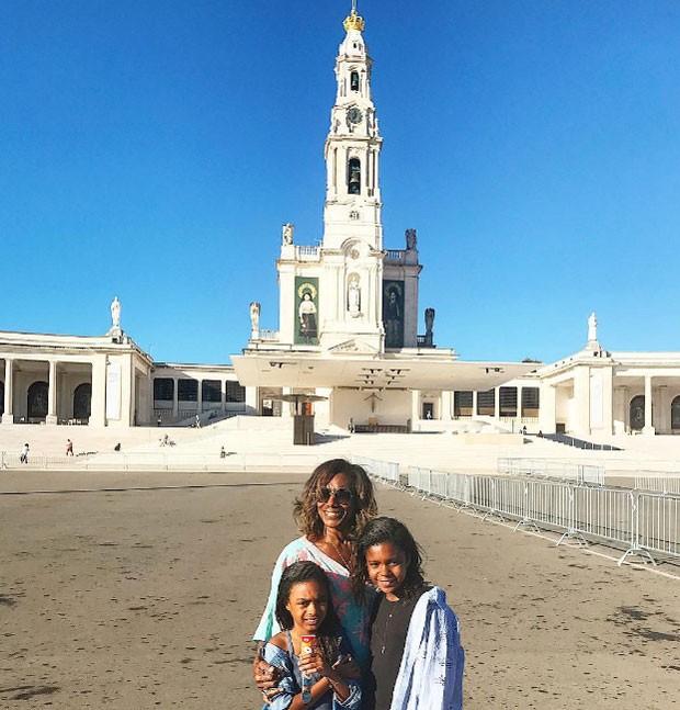 Gloria Maria com as filhas Laura e Maria (Foto: Reprodução)