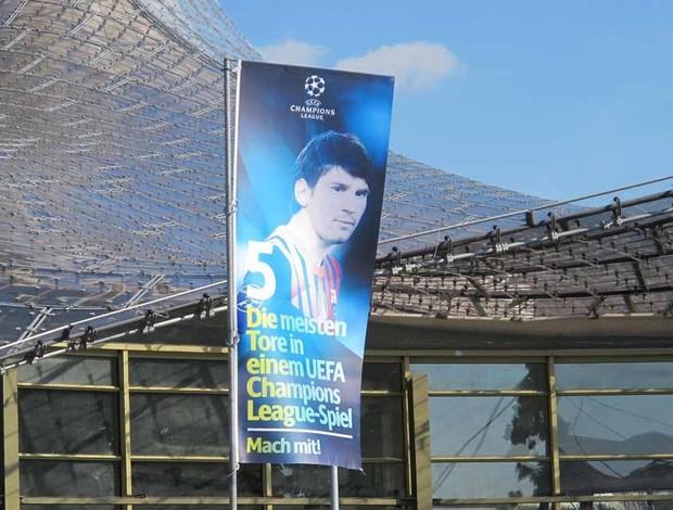 Banner com referência a Messi (Foto: Carlos Mota / Globoesporte.com)