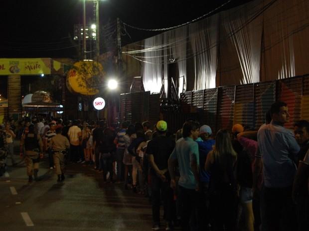 Enquanto o forró já tinha começado, muita gente ainda fazia fila para entrar no Parque do Povo (Foto: Taiguara Rangel/G1)