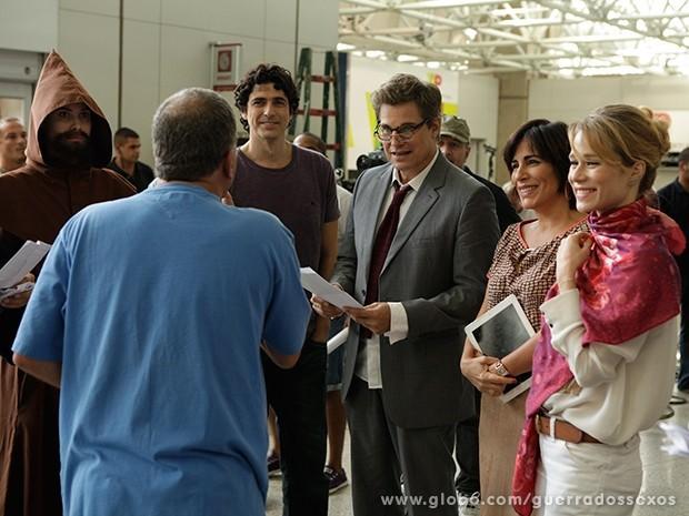Elenco ouve as instruções do diretor Jorge Fernando (Foto: Guerra dos Sexos/TV Globo)