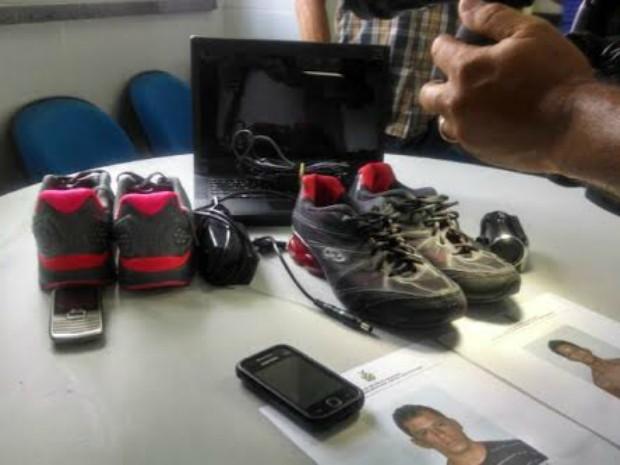 Objetos recuperados pela polícia  (Foto: Romulo de Sousa/G1 AM)