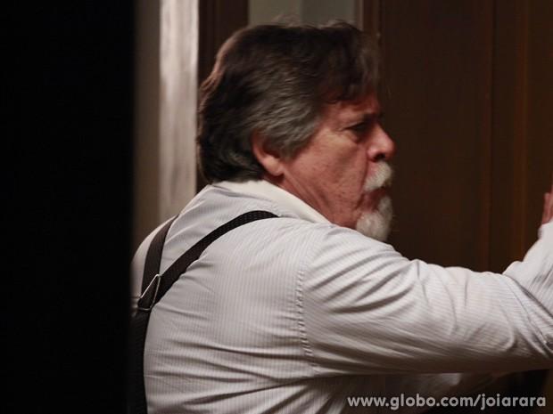 Ernest tenta de todas as maneiras salvar Amélia das garras de Manfred (Foto: Ellen Soares/TV Globo)