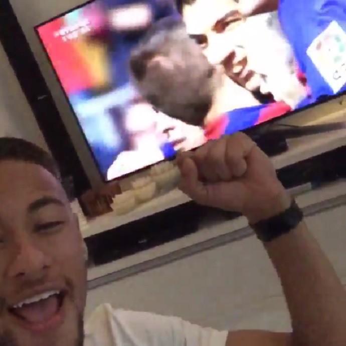 Neymar vibra em frente à televisão após o gol de Suárez pelo Barcelona contra o Rayo Vallecano