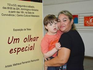 Matheus Fernandes Raimundo ao lado da mãe Sílvia Fernandes Raimundo (Foto: Olímpio Moura/Divulgação)