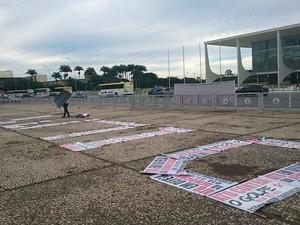 Manifestantes formam o nome da presidente Dilma Rousseff em cartazes anti-impeachment em Brasília (Foto: Mateus Rodrigues/G1)
