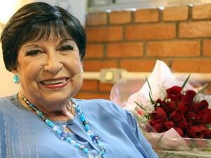 A apresentadora Ignez Magdalena Aranha de Lima, conhecida como Inezita Barroso, é fotografada nos bastidores do programa 'Viola, minha Viola' na sede da TV Cultura em São Paulo, em fevereiro de 2012 (Foto: José Patrício/Estadão Conteúdo)