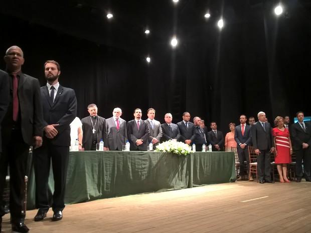 Airton Garcia e vereadores tomam posse no Teatro Municipal de São Carlos (Foto: Stefhanie Piovezan/G1)