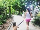 Kyra Gracie mostra rotina com filhas: 'Assim que uma mãe faixa preta faz'
